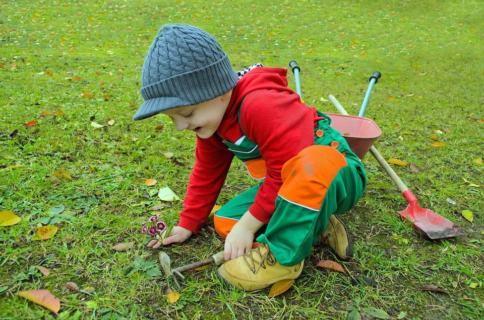 dziecko w ogrodzie (2)