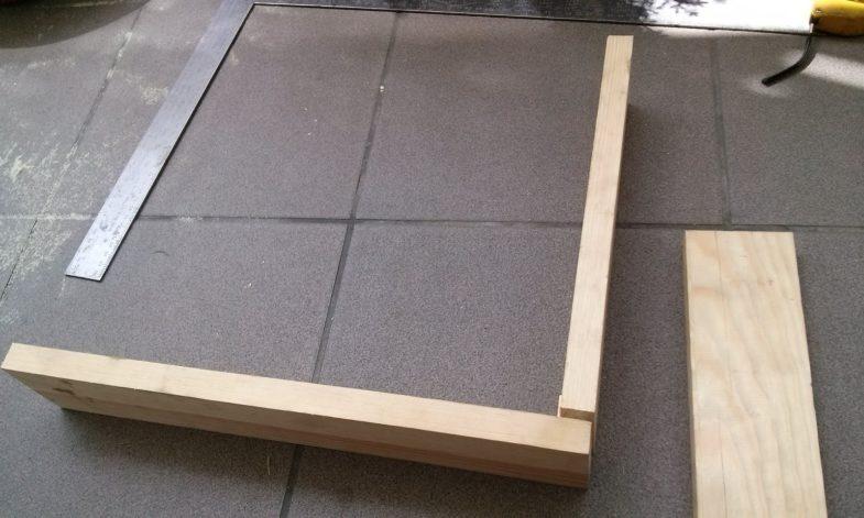 1. Najpierw wykonujemy skrzynię z drewnianych desek.