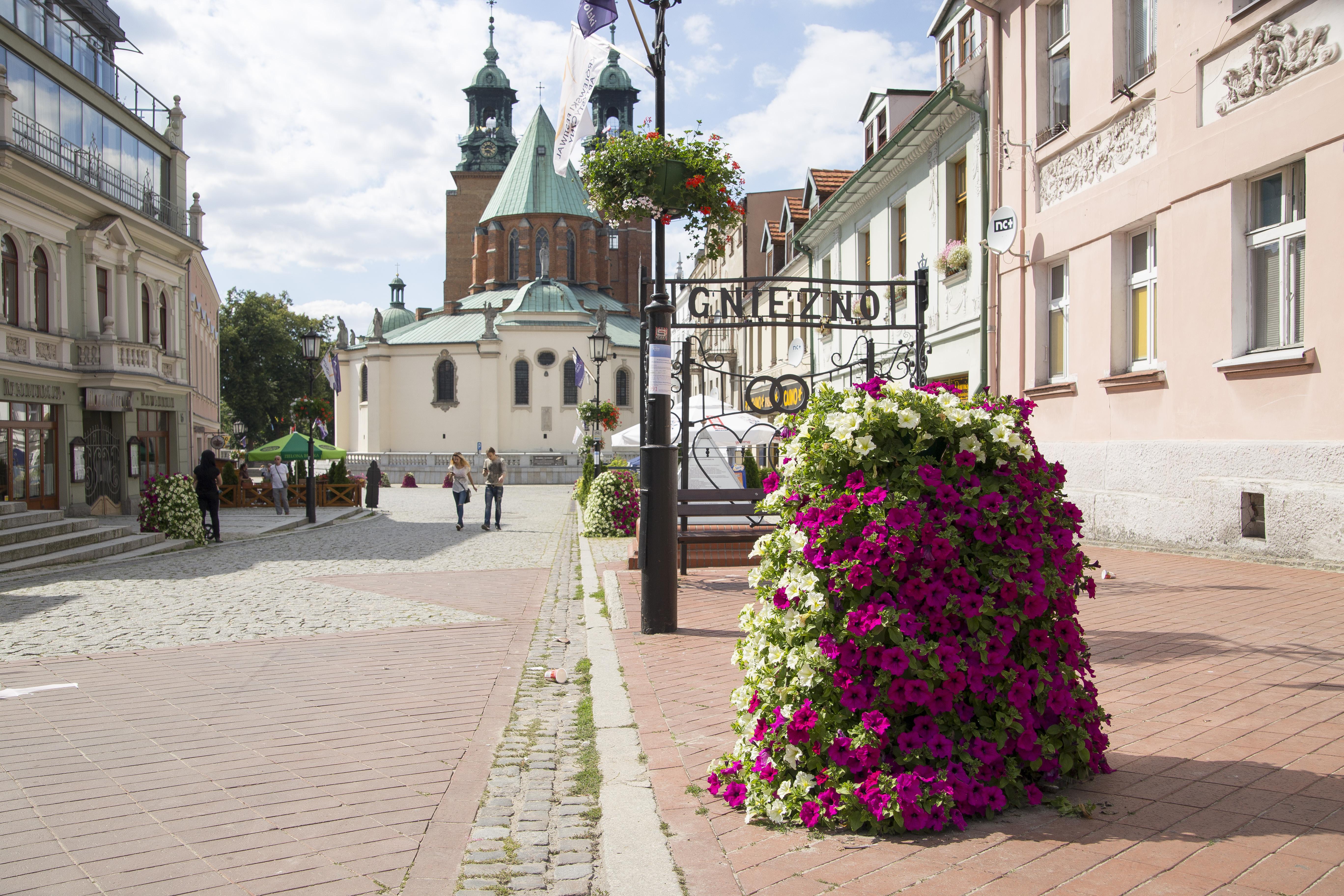 wieże kwiatowe przed kościołem