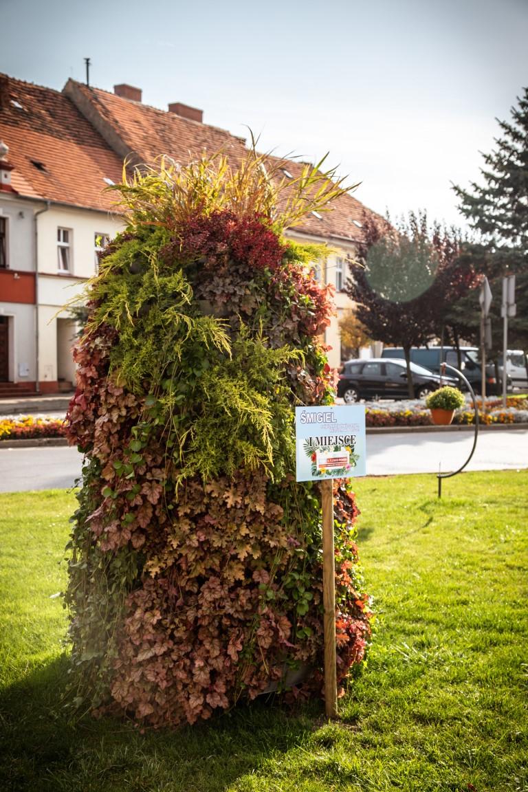 wieże kwiatowe ażurowe dekoracje kwietniki miejskie terra jesień śmigiel 15