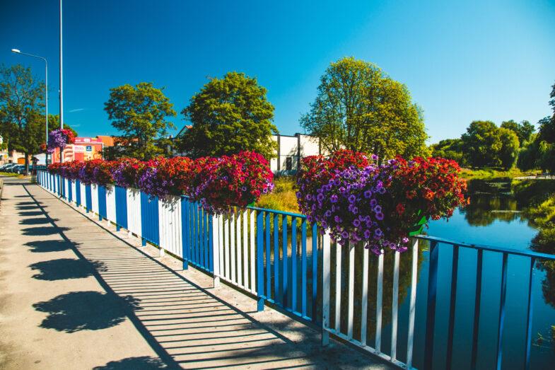 most-z-kwiatami-w-skrzynkach-donice-na-balustrady