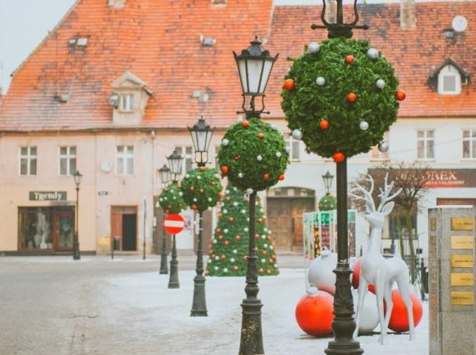 Wiszące kwietniki miejskie w świątecznej odsłonie