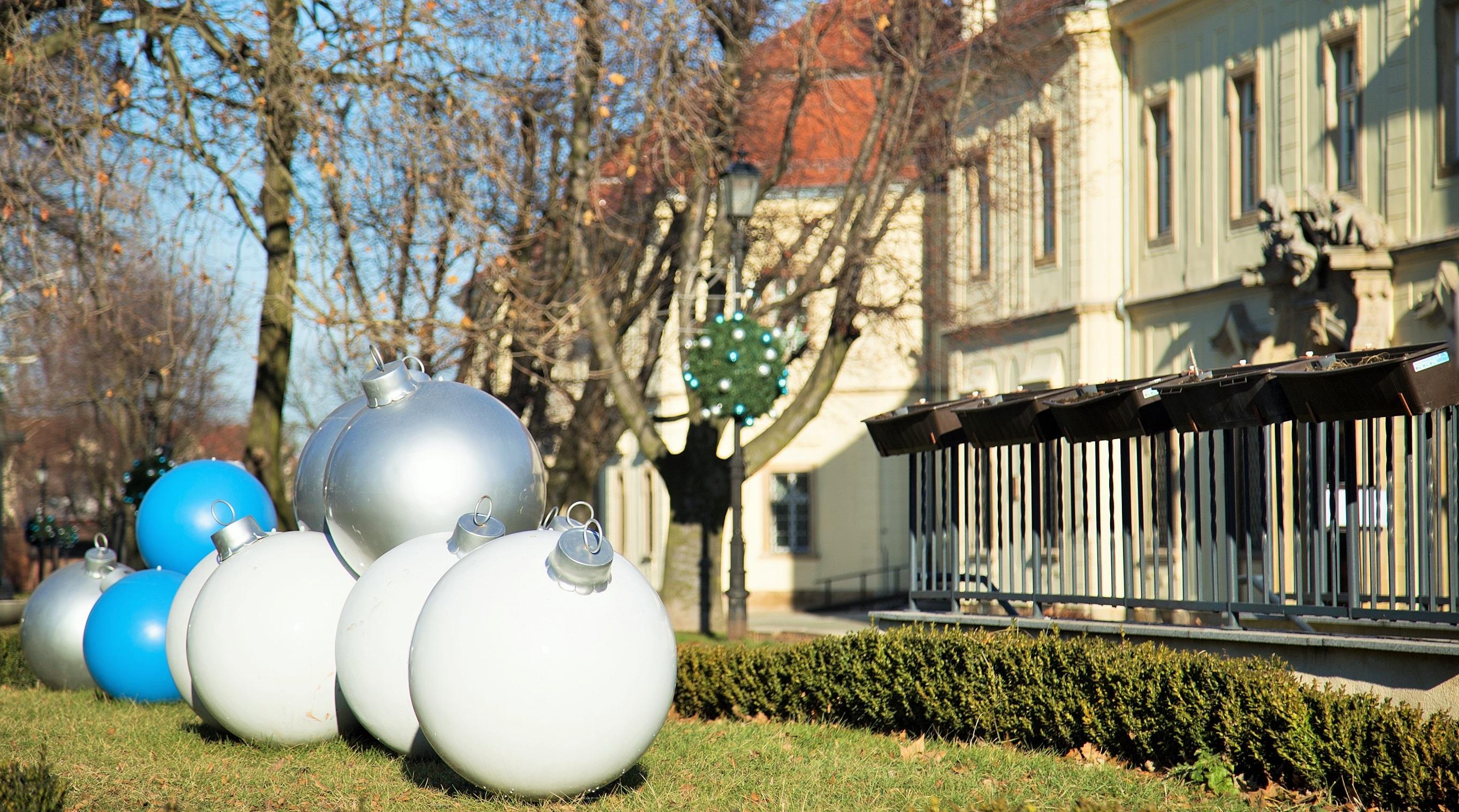 Wielkie bombki w małym mieście