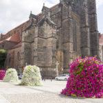 Kwiatowe dekoracje przy świątyniach – oprawa ważnych chwil
