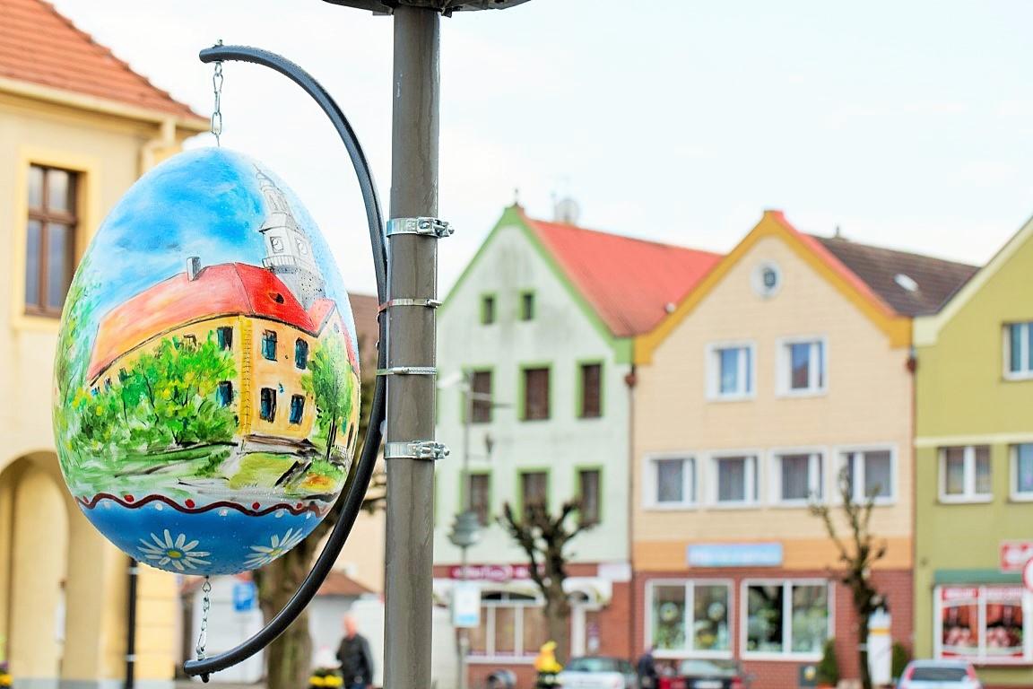 wiosenne wielkanocne dekoracje wieże kwiatowe pisanki miejskie