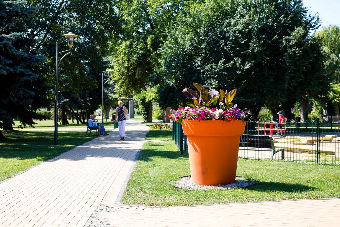 ukwiecenie miasta lubin, wieże kwiatowe, donice miejskie, meble miejskie