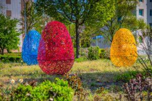 Wielkanocne inspiracje: wielkie pisanki miejskie i ażurowe jaja