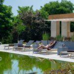 Słońce, relaks, design – jak stworzyć luksusowy hotelowy zakątek?