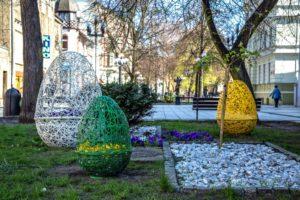 wielkanocne dekoracje ażurowe pisanki miejskie wieże kwiatowe wiosenne ukwiecenie terra