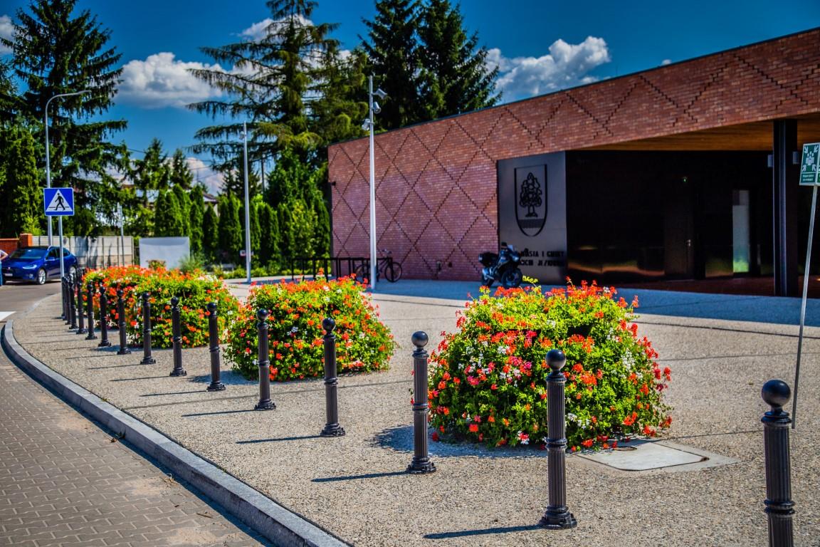 Jak ukwiecić budynek Urzędu Miasta? Z wizytą w Konstancinie-Jeziornie